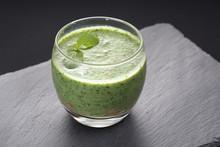 Zielone Smoothie Ze Szpinaku, Jarmużu ,avokado I Banana Przybrane Listkiem Mięty. Szklanka Zielonego Koktajlu Dietetycznego, Menu Cateringu Dietetycznego