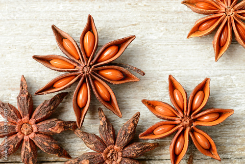 Photo star anise fruits on the wooden board, top view