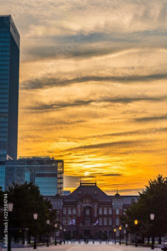 Tuinposter Aziatische Plekken 早朝の東京駅 The sky at daybreak in Marunouchi, Tokyo, Japan