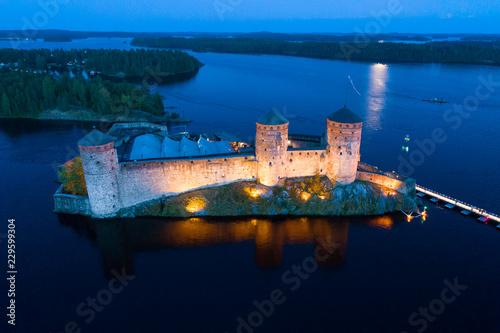In de dag Noord Europa View of the ancient Olavinlinna fortress on a July night (aerial survey). Savonlinna, Finland
