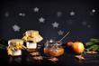 Gläser mit selbst gemachtem Apfel Gelee stehen in dunkler, festlicher Umgebung. Äpfel kommen einer alten deutschen Apfelsorte. Eine Geschenkidee für Weihnachten.
