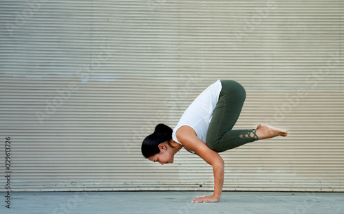 Photo  Outdoor Fitness Female Yoga Instructor in Crow Pose