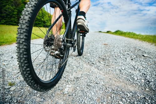 Fényképezés  Hinterrad Mountainbike in Fahrt auf Schotter