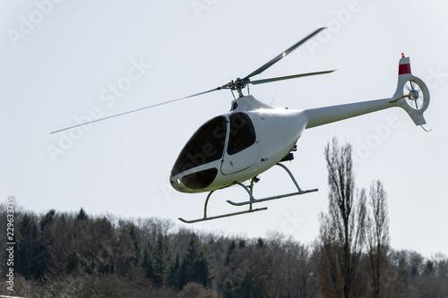 Helikopter von der Seite in der luft
