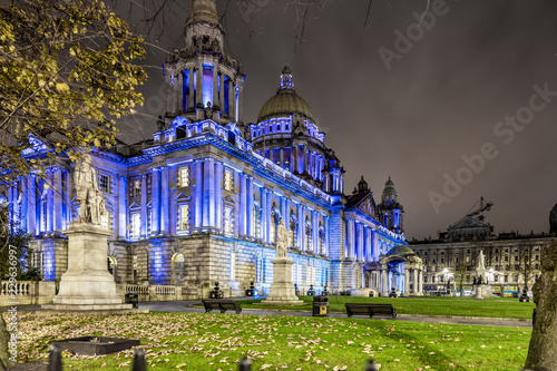 Tableau sur Toile Belfast City hall in the night, UK