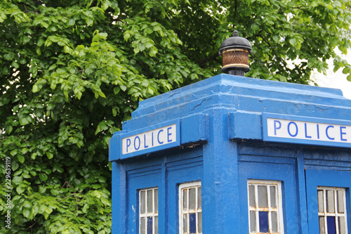 Photo A blue police telephone box on the street in Glasgow, Scotland, United Kingdom,