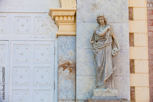 In de dag Zuid-Amerika land Melpomene muse statue at the facade of the Adolfo Mejia theater in Cartagena de Indias