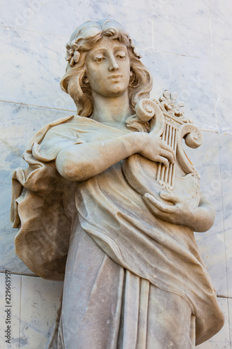 In de dag Zuid-Amerika land Terpsichore muse statue at the facade of the Adolfo Mejia theater in Cartagena de Indias