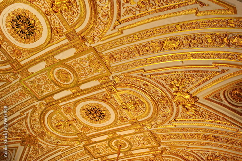 Obraz na plátně  Luxury rich gold stucco and bas-reliefs on the ceiling in hall of the Palace