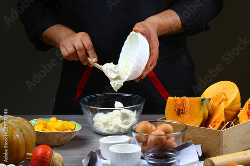 Photo  Close the chef's hands, preparing pumpkin pie with cheese, eggs and ingredients