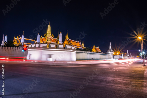 Foto  The Emerald Buddha Temple or Wat Phra Kaew landscape at night