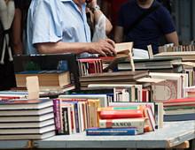 Anciano Viendo Libros En Puesto Callejero.