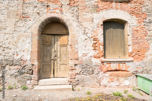Papiers peints Con. Antique Old architectural details - door and arched entrance