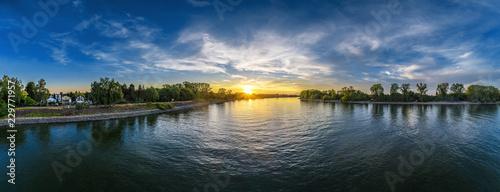 Riviere Abends über dem Rhein bei Eich