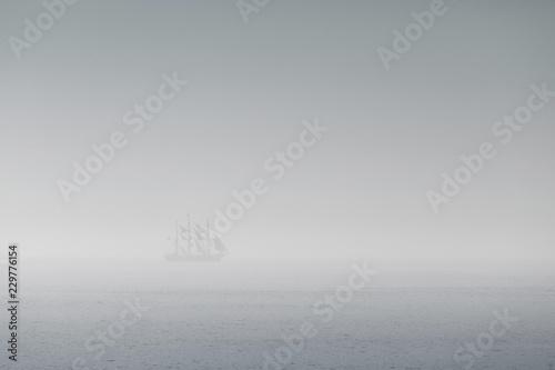 voilier brume pirate mer bateau blanc purée brouillard silhouette navire marin o Fototapeta