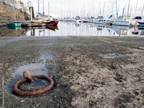 Tuinposter Poort Vue d'un port depuis cale de mise à l'eau
