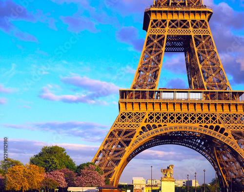 Montage in der Fensternische Gelb Schwefelsäure Eiffel Tower, bridge with sculpture on River Seine in Paris, France