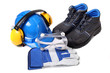 Zestaw dla pracownika zawierający niebieski hełm ochronny buty ochronne rękawice robocze i gogle przeciwodpryskowe
