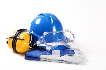 Sprzęt dla budowlańca zawierający kask ochronny gogle ochronne rękawice robocze i ochronniki słuchu