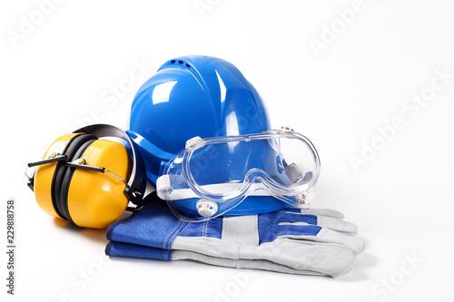 Obraz Sprzęt dla budowlańca zawierający kask ochronny gogle ochronne rękawice robocze i ochronniki słuchu - fototapety do salonu