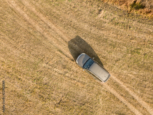 Photo  aerial top view of car isolated on summer field texture background f