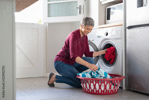 Canvastavla Woman loading clothes in washing machine