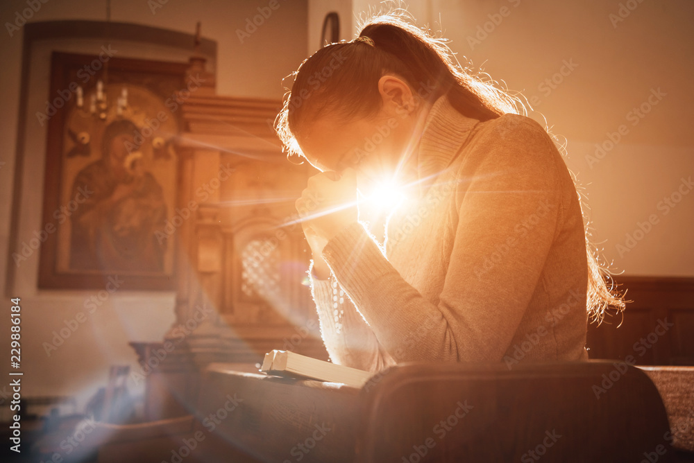Valokuva  Christian woman praying in church
