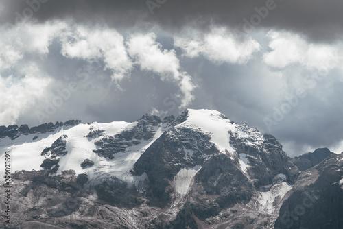 dunkle Wolken über dem Gletscher der Marmolada