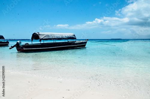 Photo  Boat boats on the blue sea ocean paradise island