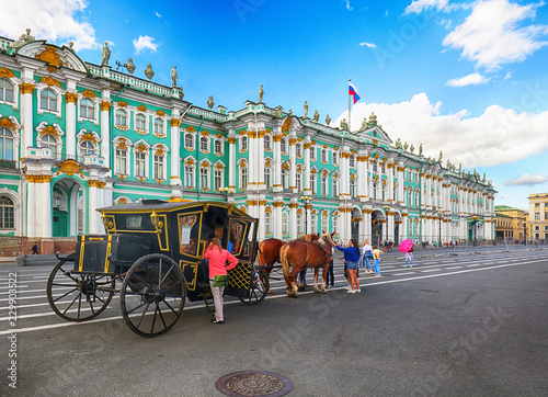Foto op Aluminium Historisch geb. SAINT PETERSBURG, RUSSIA - AUGUST 15, 2018: Beautiful carriage with a horse standing on Palace square among the many tourists in Saint Petersburg, Russia