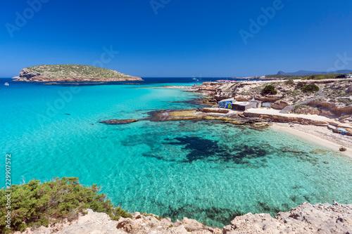 Ibiza - Cala Comte, Blick auf die Cala Escondida und über das Meer zur Cala Comte mit der Insel Illa des Bosc