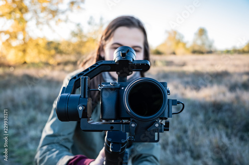 Photo  Female videographer holding a gimbal with mirrorless camera