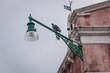 Taube auf Straßenlampe in Venedig