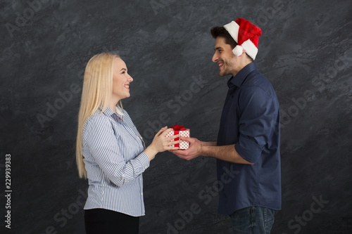 Fotografia  Happy couple exchanging gifts, copy space