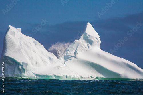Foto op Plexiglas Arctica iceberg and splashing wave