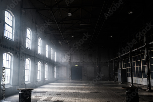 Photo Sunlight shining throuh the windows of an old abandoned industrial warehouse bui
