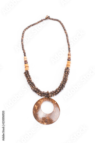 Foto  A handmade coconut shell necklace on a white background.