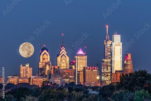 Fotografía Full Moon setting behind Philadelphia