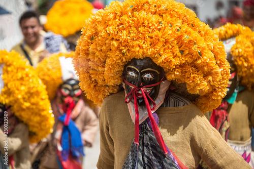danzantes mexicanos guerrero chichihualco sombreros de flores naranjas mascaras Fototapeta
