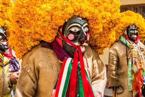 Obraz na plátne danzantes mexicanos guerrero chichihualco sombreros de flores naranjas mascaras