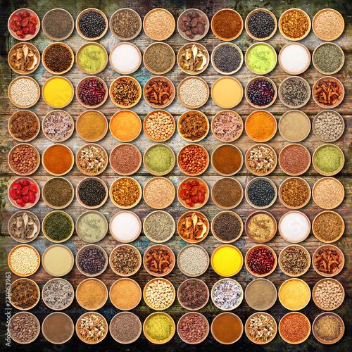 spezie ed ingredienti aromatici collage su fondo legno