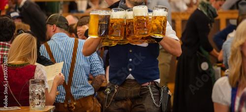 Fotografía Waiter serving beers