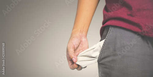 Fotografía  Man showing has no money by turning out the pocket