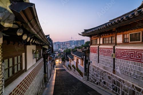 Photo  Sunrise scene of Bukchon Hanok Village at Seoul city, South Korea