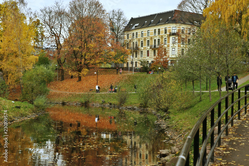 Photo  Walking path along the river in city in autumn
