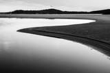Nastrojowa plaża uchwycona w czerni i bieli. - 230119336