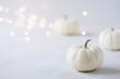canvas print picture - Herbstlich, eleganter Hintergrund mit weißen Kürbissen, passend zu Halloween