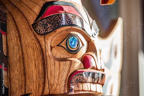 In de dag Verenigde Staten Totem sculpture art on wood pole in Alaska.