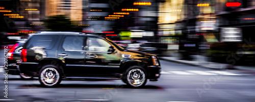 Cuadros en Lienzo Black SUV speeding down a road in downtown Chicago