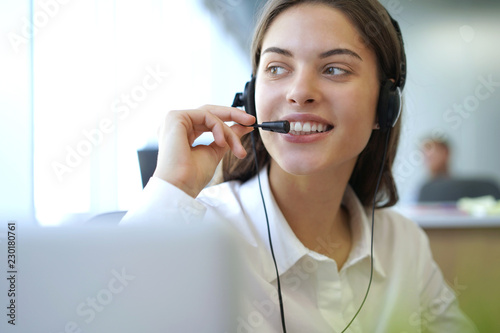 Fotografía  Customer support operator working in a call center office.